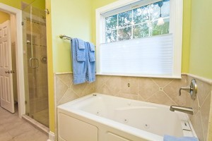 Master Tub 300x200 Quit Yer Crab Inn or Possibly the Best Beach House in the Entire World